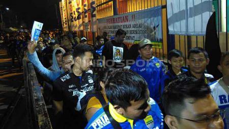 Bobotoh antre di pintu masuk Barat I Stadion Si Jalak Harupat, Kabupaten Bandung, Sabtu (18/05/2019). - INDOSPORT