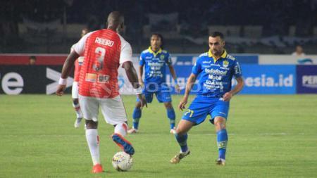 Artur Gevorkyan fokus melihat arah bola yang dari Ribeiro. - INDOSPORT