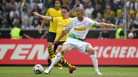Christoph Kramer berusaha mengambil bola dari Thomas Delaney pada laga Bundesliga Jerman. INA FASSBENDER/AFP/Getty Images - INDOSPORT