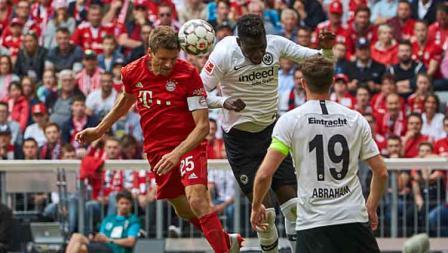 Duel udara dari pemain Bayern Munchen, Thomas Mueller dengan Gelson Fernandes, penggawa Eintracht Frankfurt