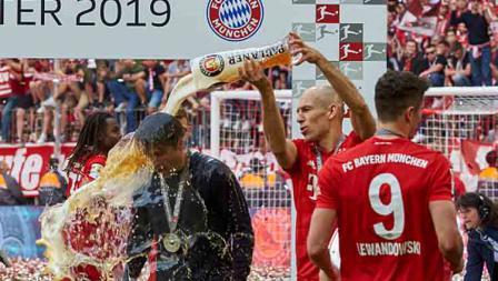 Arjen Robben memandikan pelatihnya di Bayern Munchen, Niko Kovac setelah timnya memastikan diri menjadi juara Bundesliga Jerman 2018-19