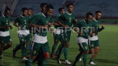 Indosport - Pemain Persebaya melakukan pemanasan di Stadion Gelora Delta, Sidoarjo. Sabtu (18-5-19).
