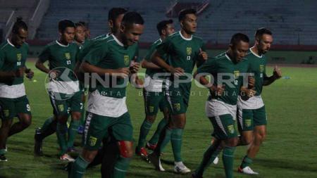 Pemain Persebaya Surabaya melakukan pemanasan di Stadion Gelora Delta, Sidoarjo. Sabtu (18/5/19). - INDOSPORT
