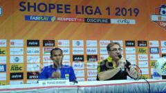 Indosport - Pelatih Persib Bandung, Robert Rene Alberts (kanan) ditemani pemainnya Supardi Nasir seusai pertandingan menghadapi Persipura di Stadion Si Jalak Harupat, Kabupaten Bandung, Sabtu (18/05/2019).