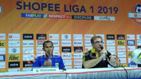 Pelatih Persib Bandung, Robert Rene Alberts (kanan) ditemani pemainnya Supardi Nasir seusai pertandingan menghadapi Persipura di Stadion Si Jalak Harupat, Kabupaten Bandung, Sabtu (18/05/2019). - INDOSPORT
