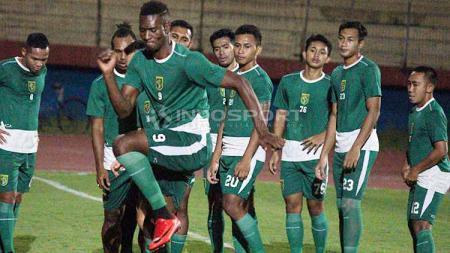 Amido Balde ikut berlatih di Stadion Gelora Delta, Sidoarjo Sabtu (18/5/19). Foto: Fitra Herdian/INDOSPORT - INDOSPORT