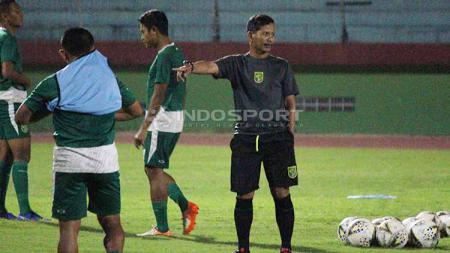 Djadjang Nurdjaman memimpin latihan Persebaya, Sabtu (18/5/19). Foto: Fitra Herdian/INDOSPORT - INDOSPORT