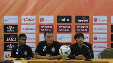 Fridolin Yoku (Pemain) dan Syafrianto Rusli (Pelatih) saat konfrensi pers jelang laga PSM Makassar vs Semen Padang di Stadion Andi Mattalatta (Makassar) Senin (20/05/2019). Foto: PSM Makassar