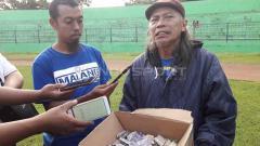 Indosport - Mbah Singo, maskot Arema FC ikut membantu penggalangan dana