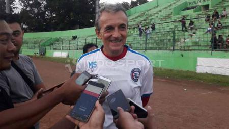 Pelatih Arema FC, Milomir Seslija memberikan keterangan kepada awak media usai memimpin sesi latihan jelang laga kedua Liga 1 201i. - INDOSPORT
