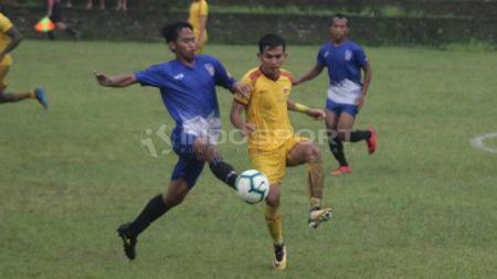 Pemain Persebi Boyolali (biru) berebut bola dengan pemain Sriwijaya FC dalam uji coba beberapa waktu silam. Persebi jadi salah satu peserta Liga 3 Jateng 2019. Ronald Seger Prabowo/INDOSPORT. - INDOSPORT