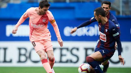 Lionel Messi coba merebut bola dari pemain Eibar. - INDOSPORT