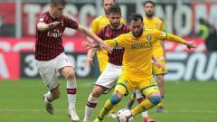 Indosport - Pemain AC Milan, Krzysztof Piątek saat berusha mengambil bola dari kaki pemain Frosinone (Emilio Andreoli-Getty Images)