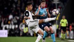 Indosport - Joao Cancelo berusaha merebut bola dari pemain Atalanta (MARCO BERTORELLO-AFP-Getty Images)