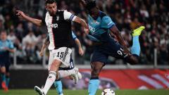 Indosport - Pemain Juventus Andrea Barzagli berebut bola dengan pemain Atalanta (MARCO BERTORELLO-AFP-Getty Images)