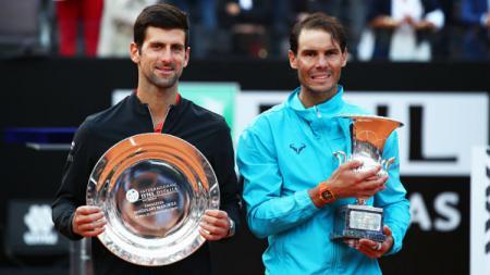 Rafael Nadal (kanan) sukses menjadi kampiun Italia Terbuka 2019 usai mengalahkan Novak Djokovic, Minggu (19/05/19). - INDOSPORT