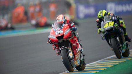 Andrea Dovizioso (depan), sempat tercengang dengan pencapaiannya di gelaran MotoGP 2019, yakni peringkat 2 di belakang Marc Marquez. - INDOSPORT