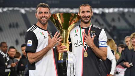 Andrea Barzagli (kiri) dan Giorgio Chiellini merayakan kemenangan juara Serie A Italia musim 2018-19. Tullio M. Puglia/Getty Images