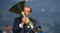 Indosport - Massimiliano Allegri mencium trofi Serie A Italia Juventus sebegai juara musim ini. Tullio M. Puglia/Getty Images