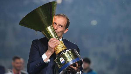 Massimiliano Allegri mencium trofi Serie A Italia Juventus sebagai juara musim ini. Tullio M. Puglia/Getty Images
