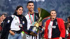 Indosport - Cristiano Ronaldo pose bersama trofi Serie A Italia dengan pacarnya Georgina Rodriguez (kiri) dan ibunya Maria Dolores dos Santos Aveiro. Chris Brunskill/Fantasista/Getty Images