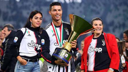 Cristiano Ronaldo pose bersama trofi Serie A Italia dengan pacarnya Georgina Rodriguez (kiri) dan ibunya Maria Dolores dos Santos Aveiro. Chris Brunskill/Fantasista/Getty Images