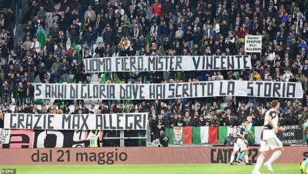Fans Juventus bentangkan spanduk penghormatan untuk Allegri.