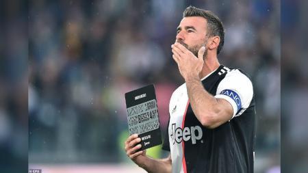 Andrea Barzagli terima plakat penghargaan dari Juventus. - INDOSPORT
