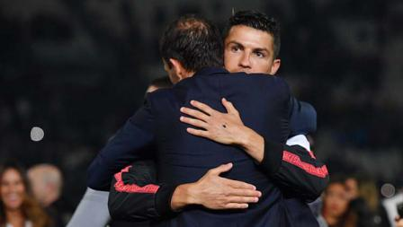 Massimiliano Allegri peluk Cristiano Ronaldo karena musim ini terakhirnya bersama Juventus. Tullio M. Puglia/Getty Images