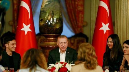 Mesut Ozil berbuka puasa bersama Presiden Turki, Recep Tayyip Erdogan. Foto: Reuters. - INDOSPORT