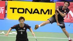 Indosport - Pebulutangkis ganda putra Jepang, Yuta Watanabe hanya bisa pasrah saat menjadi korban kekonyolan teman-temannya ketika bertanding di Denmark Open 2019.