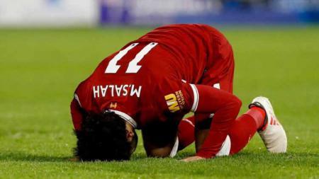 Mohamed Salah sujud usai Liverpool kalahkan Sevila di Liga Champions. Foto: bolagpsport.com - INDOSPORT