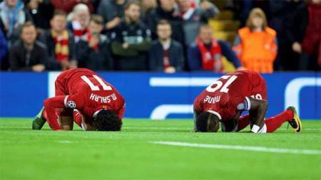 Mohamed Salah dan Mane sujud usai Liverpool kalahkan Sevila di Liga Champions. Foto: dailysabah.com - INDOSPORT