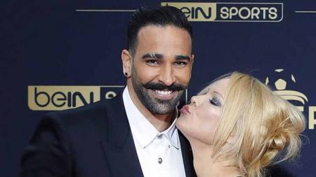 Bintang film Pamela Anderson bersama kekasihnya yang memperkuat Marseille, Adil Rami. - INDOSPORT