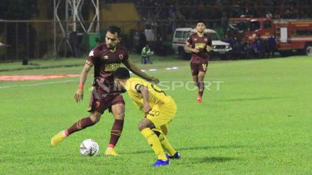 Zulham Zamrun akan mengeksekusi bola dari serangan pemain Semen Padang. - INDOSPORT