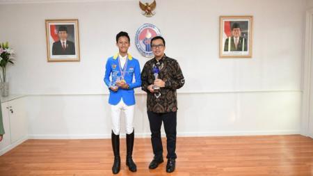Menteri Pemuda dan Olahraga (Menpora) Indonesia, Imam Nahrawi menyambut Muhammad Akbar Kurniawan selaku atlet berkuda nasional. - INDOSPORT