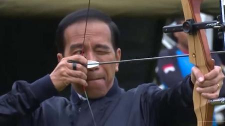 Presiden Indonesia petahana, Jokowi saat latihan panahan - INDOSPORT