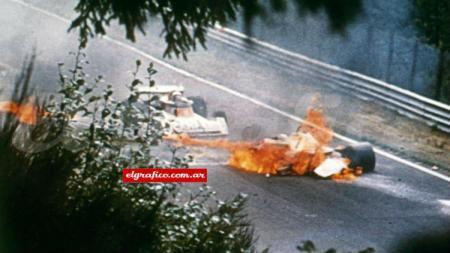 Legenda balap Formula 1 (F1) Niki Lauda pernah mengalami kecelakaan yanh nyaris merenggut nyawanya di GP Jerman pada 1976 silam. - INDOSPORT
