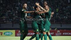 Indosport - Selebrasi pemain Persebaya pasca gol Misbakus ke gawang Kalteng Putra, Selasa (21/05/19).