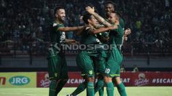 Selebrasi pemain Persebaya pasca gol Misbakus ke gawang Kalteng Putra, Selasa (21/05/19).