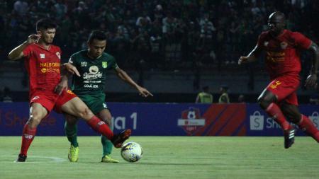 Osvaldo Haay (kedua dari kiri) tengah mengontrol bola sambil dibayangi pemain Kalteng Putra. - INDOSPORT