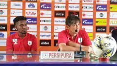 Indosport - Gelandang Persipura Jayapura, Ronaldo Meosido (kiri) bersama Pelatih, Luciano Leandro, saat sesi konferensi pers jelang laga / Media Officer.
