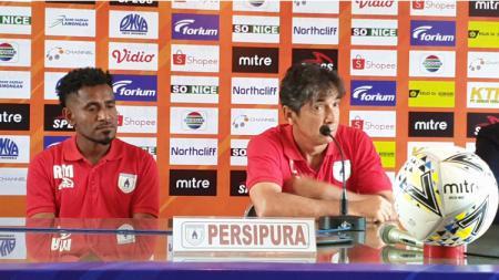 Gelandang Persipura Jayapura, Ronaldo Meosido (kiri) bersama Pelatih, Luciano Leandro, saat sesi konferensi pers jelang laga / Media Officer - INDOSPORT