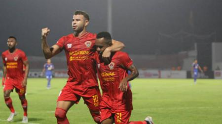 Diogo Campos (kiri) tidak tercanmtum dalam daftar pemain Kalteng Putra di situs resmi Liga Indonesia. (Foto: instagram.com/kaltengputra_id) - INDOSPORT