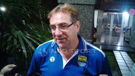 Pelatih Persib, Robert Rene Alberts, mengambil contoh dari Manchester City soal taktik sepak bola. Arif Rahman/INDOSPORT. - INDOSPORT