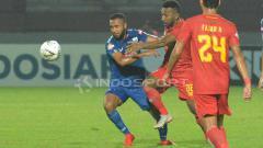 Indosport - Gelandang PSIS, Arthur Bonai saat berebut bola dengan pemain Kalteng Putra dalam laga perdana Shoope Liga 1 2019.