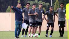 Indosport - Jafri Sastra memberikan instruksi kepada pemain dalam latihan PSIS Semarang di Stadion Gemilang, Kabupaten Magelang. Ronald Seger Prabowo/INDOSPORT.