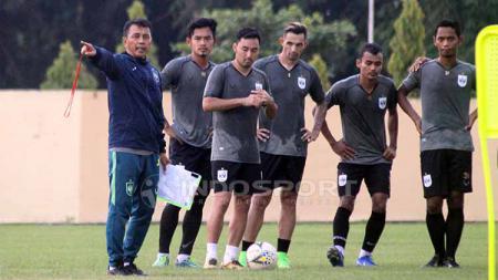 Jafri Sastra memberikan instruksi kepada pemain dalam latihan PSIS Semarang di Stadion Gemilang, Kabupaten Magelang. Ronald Seger Prabowo/INDOSPORT. - INDOSPORT