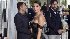 Indosport - Kekasih Ronaldo, Georgina Rodriguez mengenakan gaun hitam saat menghadiri acara film Hollywood.