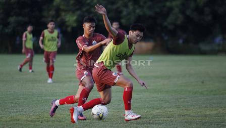 Pemain muda baru Feby Eka Putra berebut bola pada latihan Persija di Lapangan PSAU TNI Halim Perdanakusuma, Jakarta, Rabu (22/05/19). Foto: Herry Ibrahim/INDOSPORT